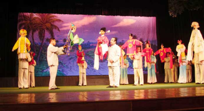 lingao-man-and-puppet-show-2