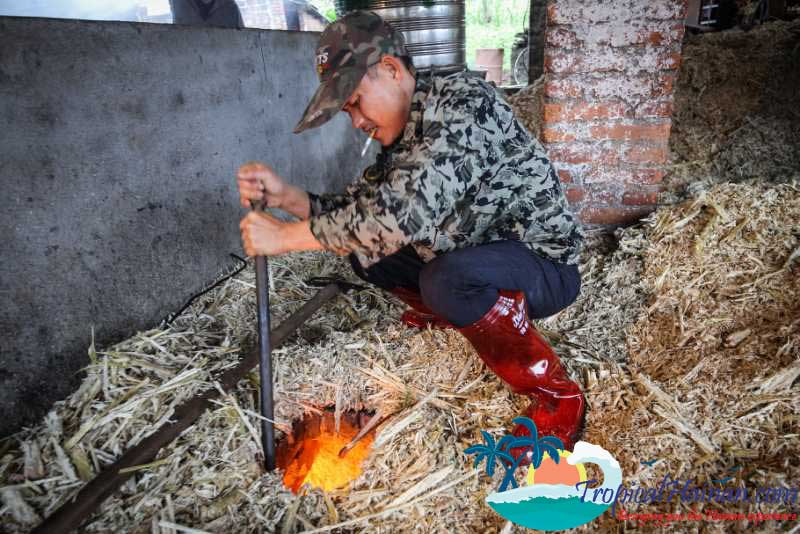Making-traditional-brown-ginger-sugar-in-zun-Tan-village-Hainan-Island-China-(3)
