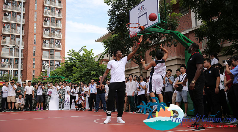 BASKETBALL-STAR-DWIGHT-HOWARD-SURPRISES-SCHOOL-CHILDREN-IN-HAINAN,-CHINA-5