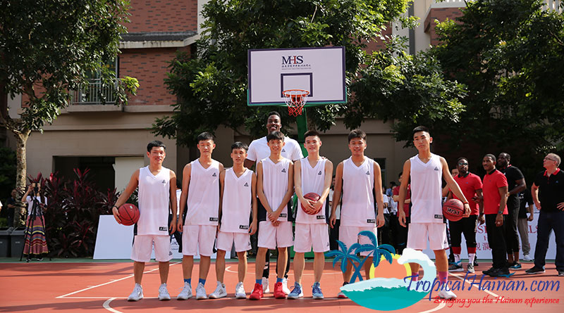 BASKETBALL-STAR-DWIGHT-HOWARD-SURPRISES-SCHOOL-CHILDREN-IN-HAINAN,-CHINA-6
