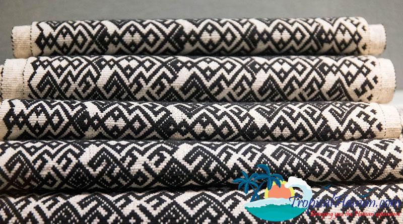 Li-minority-textiles-2-Hainan-Island