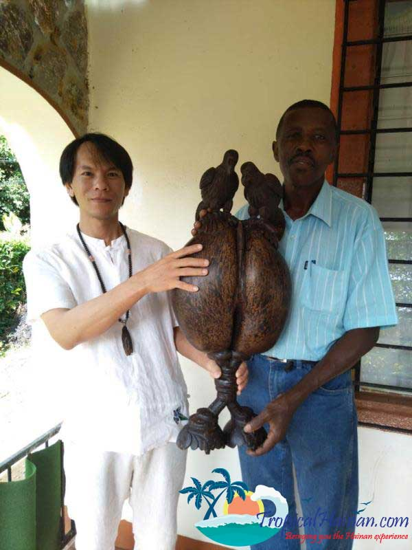 Master-coconut-carver-from-Saychelles-returnes-to-Hainan-(1)