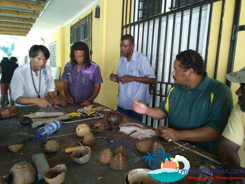 Master-coconut-carver-from-Saychelles-returnes-to-Hainan-(4)