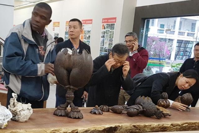 Coconut carving Hainan 4