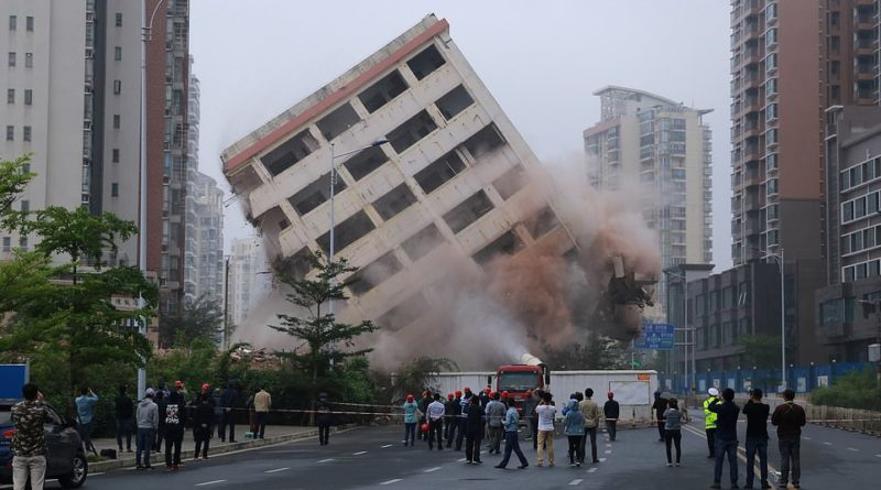 "Eight-story ""Nail building"" in Haikou finally demolished after residents agree to move for development"