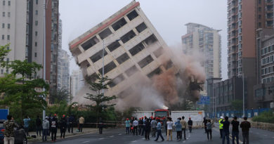 """Eight-story """"Nail building"""" in Haikou finally demolished after residents agree to move for development"""