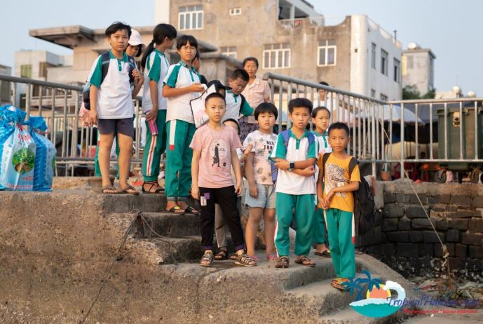 Students from an elementary school in Hainan waiting to go to school